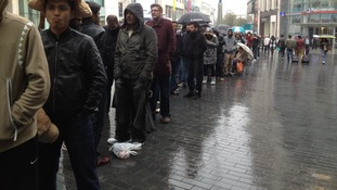 Hundreds of fans queue to secure iPhone 5