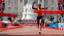Jemima Sumgong wins women's London Marathon