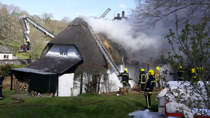 10 fire engines called to thatched roof fire in hampshire - Thatched Rood