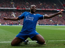 Wes Morgan celebrates getting Leicester level at Old Trafford