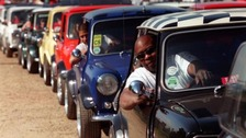 VIDEO : Thousands of Minis arrive in Brighton after classic car run