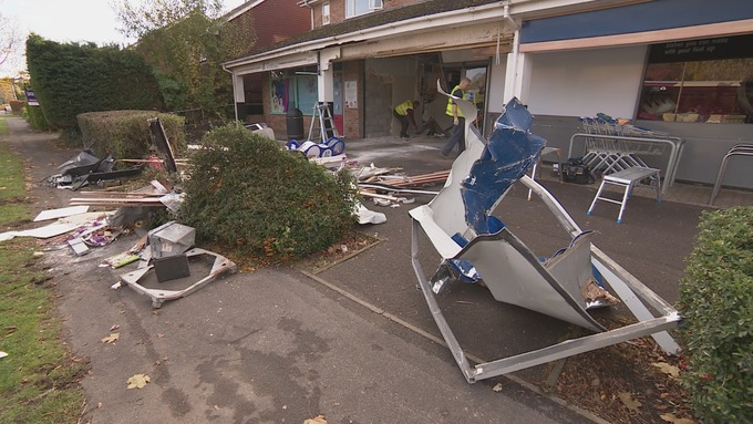 Burglars smash through storefront to steal ATM in Hampshire