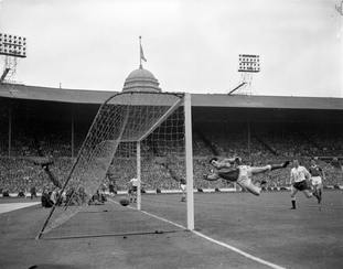 After moving from Chesterfield to Leicester, Gordon Banks made a name for himself in the run to the 1961 FA Cup final