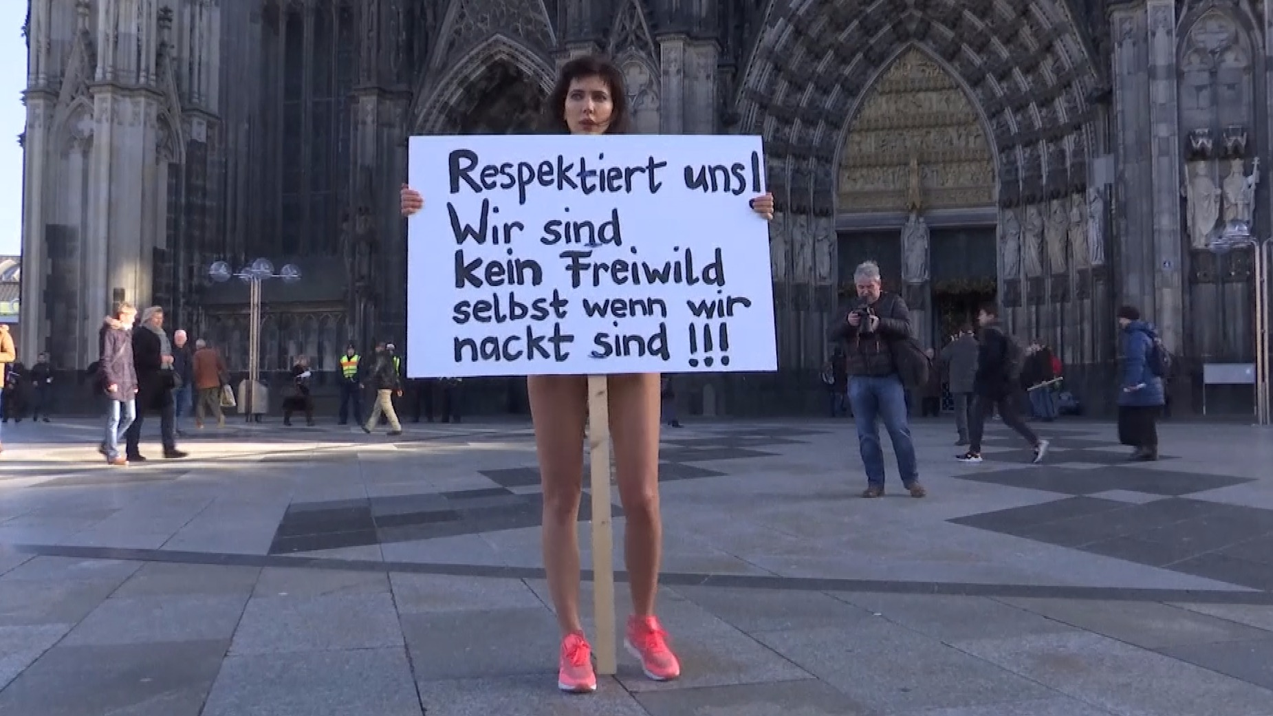 Swiss artist undressed in the center of Cologne against migrant violence